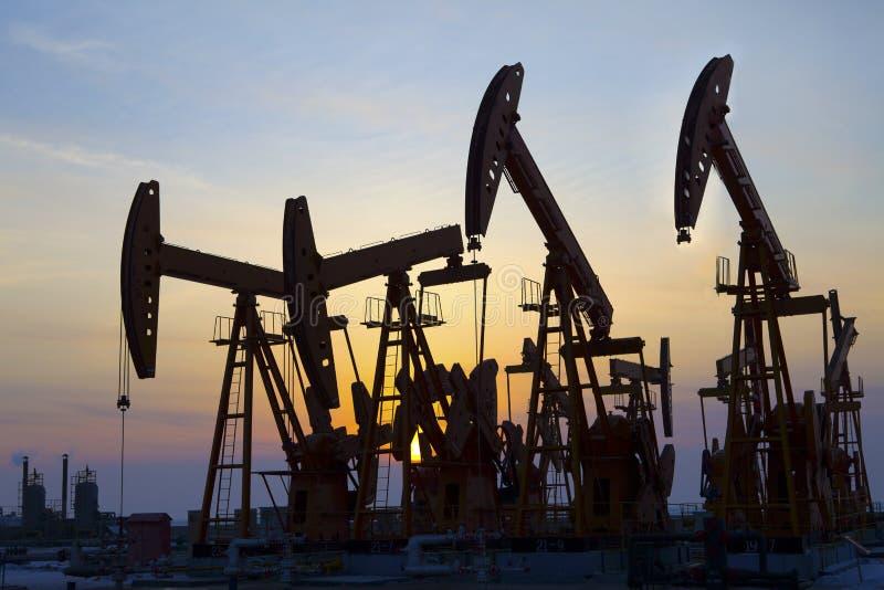 L'huile refoulent le coucher de soleil image stock