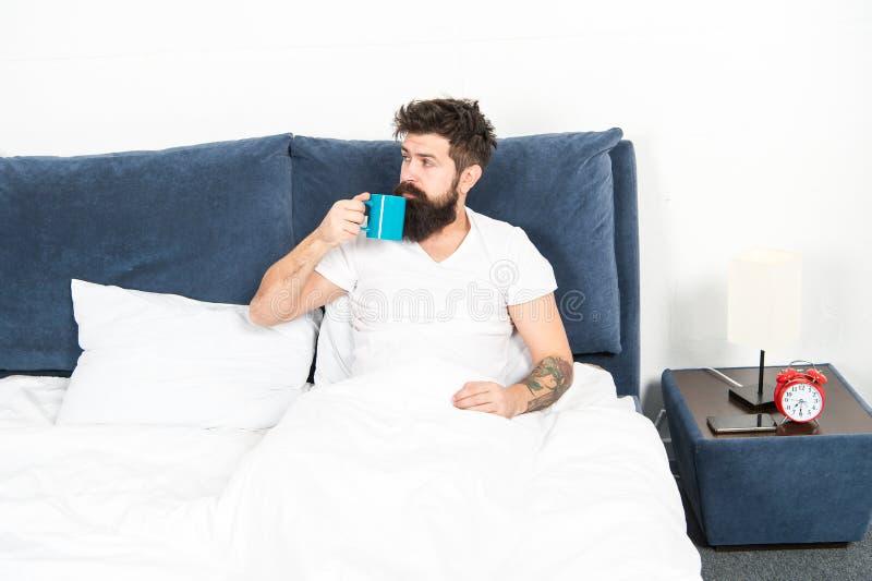 L'humanité fonctionne sur le café Café de détente de boissons de chambre à coucher de hippie beau brutal d'homme Le type barbu ap images stock