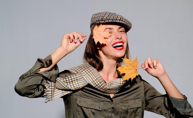 L'humeur d'automne et le temps sont chauds et ensoleillé et pluie est possible Étonnez la femme jouant avec des feuilles et regar photographie stock