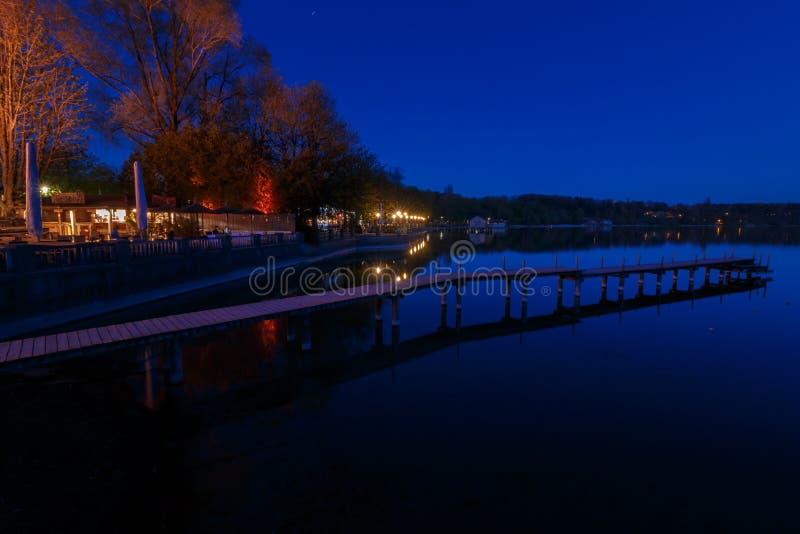 L'humeur de nuit dans Stegen suis la Bavière Allemagne d'Ammersee photographie stock