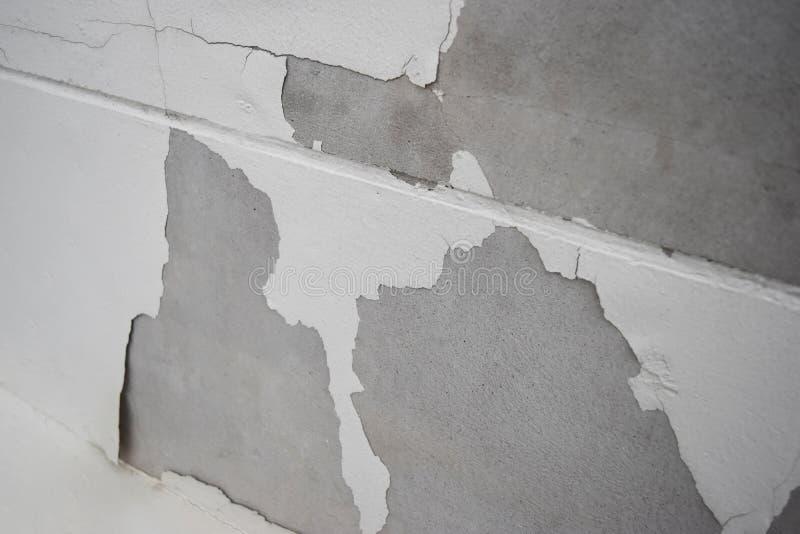 L'humidité excessive peut causer le mur de peinture de moule et d'épluchage photos libres de droits
