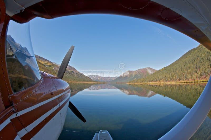 L'hydravion a stationné sur un lac images stock