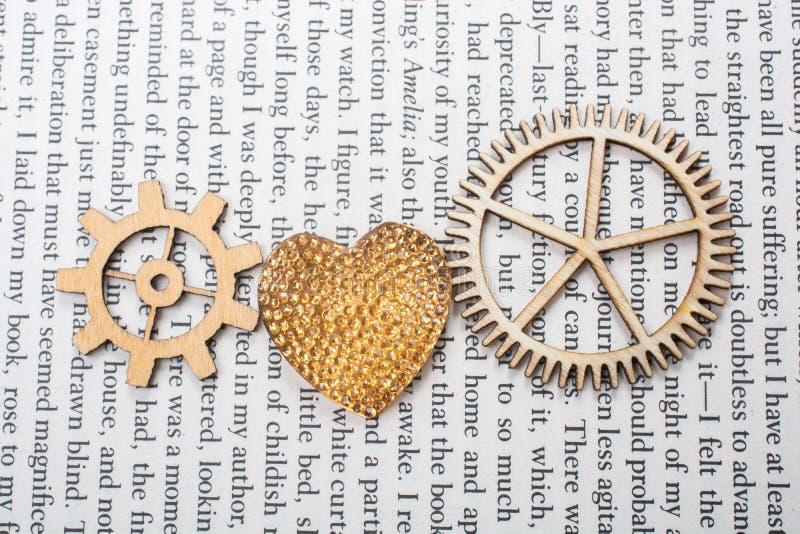 L'icona a forma di del cuore andWooden le ruote dentate come concetti di amore fotografie stock