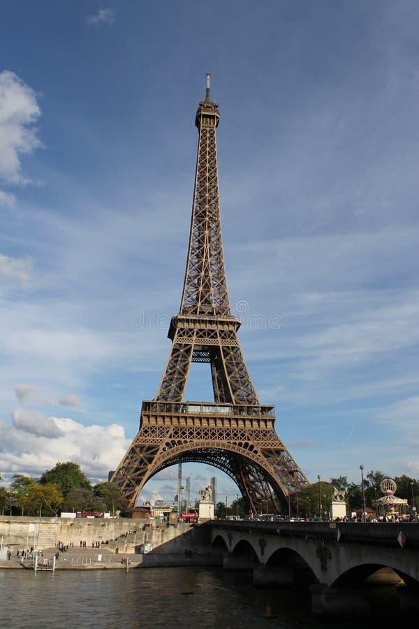 L'icona principale della capitale francese: La torre Eiffel fotografia stock libera da diritti
