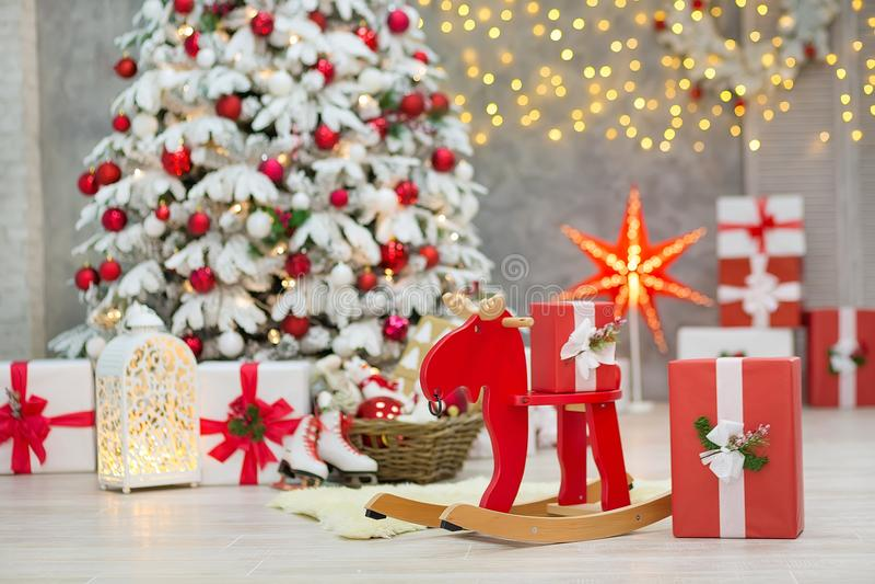 L'idea meravigliosa delle decorazioni dello studio di Natale albero pricipalmente bianco e rosso del nuovo anno con neve ed abbon immagini stock