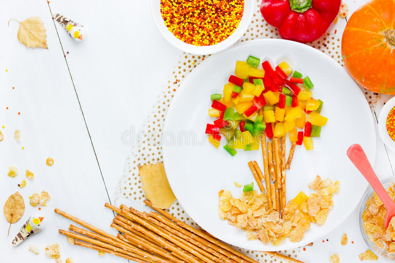 L'idea sana di arte dell'alimento per i bambini ha modellato l'albero di autunno con variopinto immagine stock