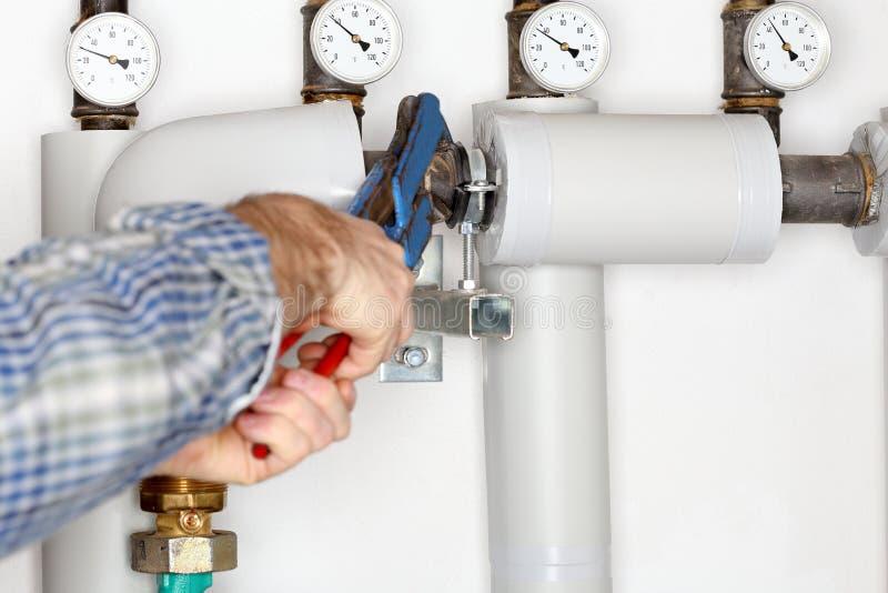 L'idraulico sta riparando un tubo immagini stock