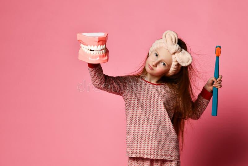 L'igiene dentale piccola ragazza sveglia felice con gli spazzolini da denti immagini stock libere da diritti