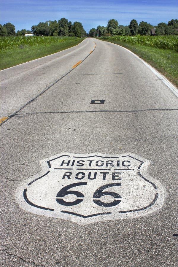 L'Illinois, Etats-Unis - vers en juin 2016 - signe à deux voies de l'itinéraire 66 peint sur la route dans Midwest image stock