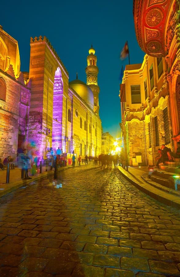 L'illumination lumineuse des édifices historiques dans la rue d'Al-Muizz au Caire, Egypte photographie stock