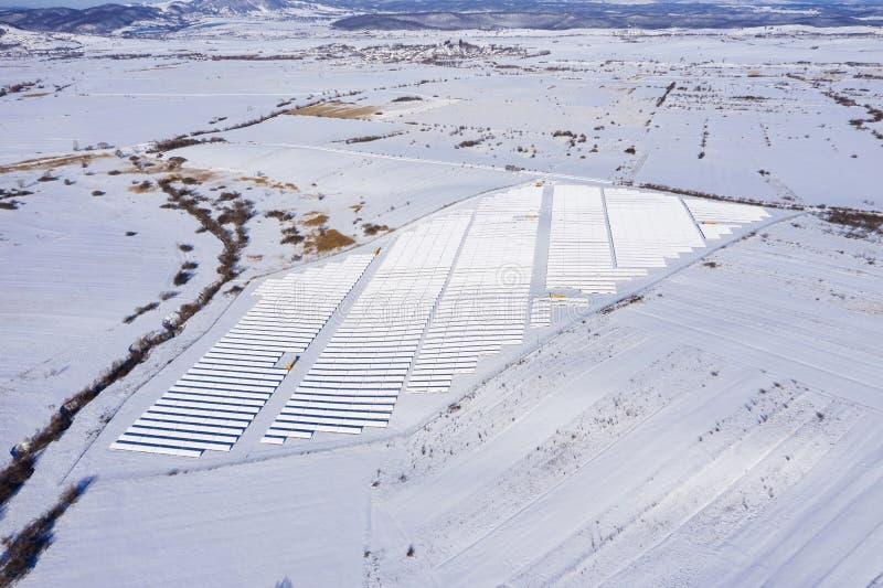 L'image aérienne de la neige a couvert le parc de panneau solaire image libre de droits