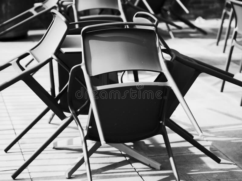L'image abstraite des chaises a monté étrangement sur une terrasse dans un jour ensoleillé image libre de droits