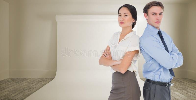 L'image composée des collègues d'affaires avec des bras a croisé dans le bureau photos libres de droits