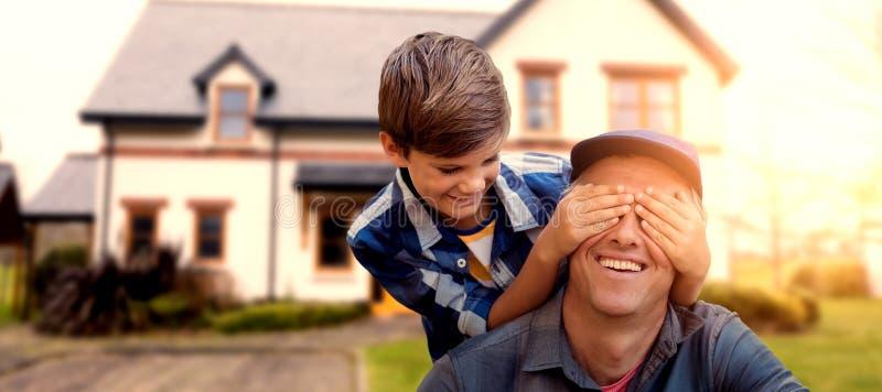 L'image composée du petit garçon cachant ses pères observe avec ses mains photo libre de droits