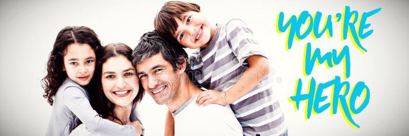L'image composée du sourire parents donner à leurs enfants un tour de ferroutage images libres de droits