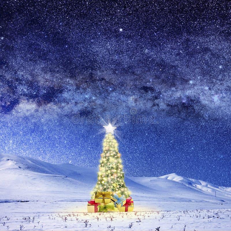 L'image conceptuelle de l'arbre de Noël décoré sur la neige a couvert le LAN images libres de droits
