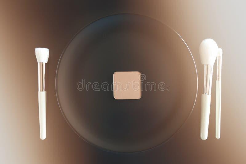 L'image conceptuelle de composent des brosses à côté du plat de dîner photographie stock