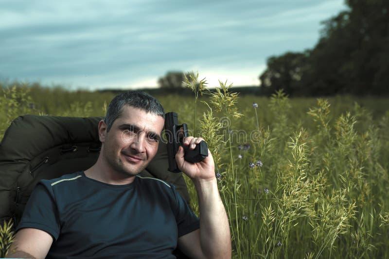 L'image conceptuelle des films de observation en technologies modernes, un jeune homme se repose dans une chaise confortable sur  photos libres de droits