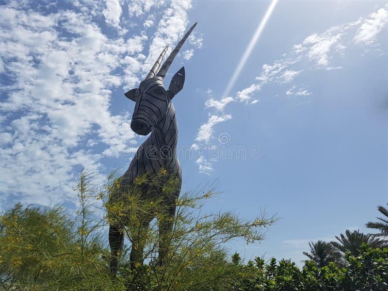 L'image d'un oryx géant, dépeignant l'animal national du Qatar la sculpture en acier inoxydable pèsent plus de 12 tonnes et suppo images stock