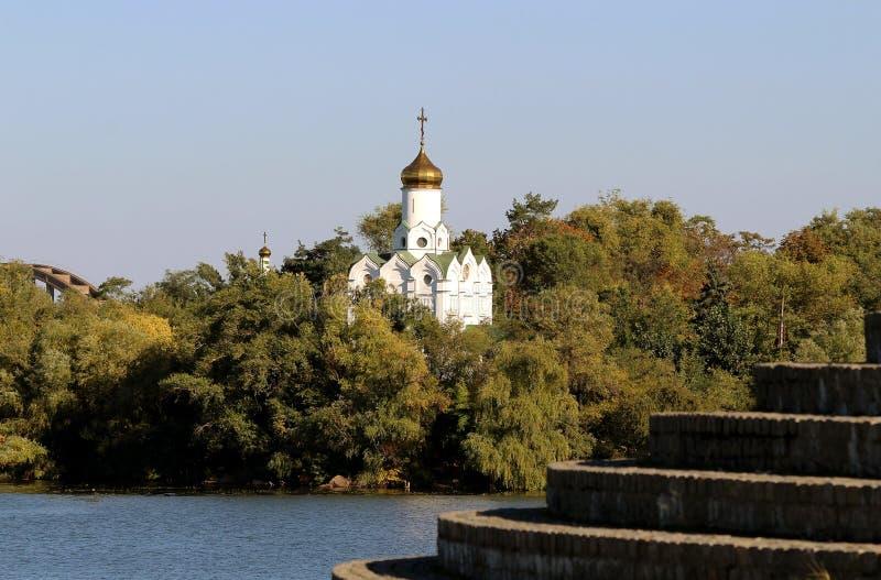 L'image de l'église dans les arbres sur les banques de la rivière de Dnieper photo libre de droits