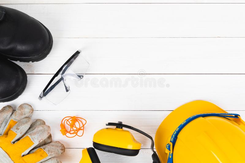 L'image de bannière du dispositif de protection de construction s'étendent à plat sur en bois blanc image libre de droits