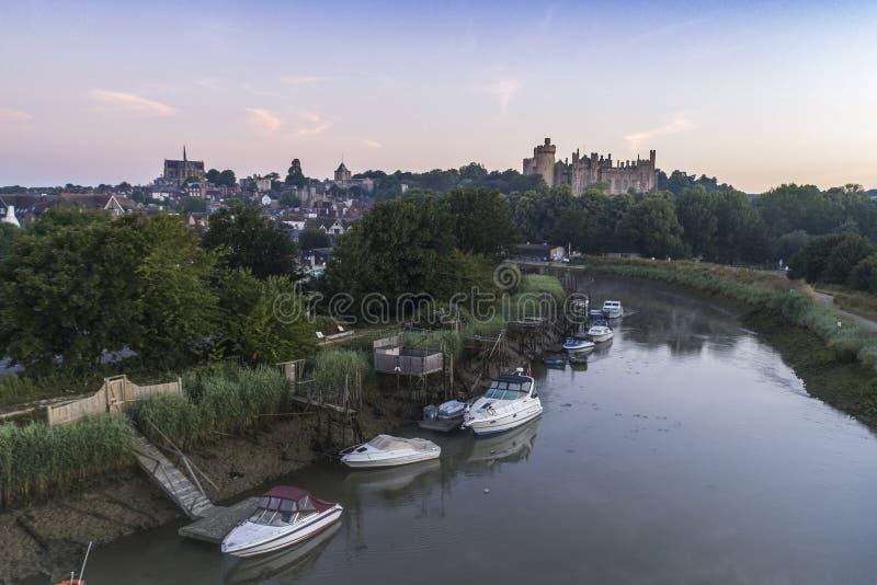 L'image de bas niveau de bourdon de la rivière Arun et Arundel se retranchent photo stock