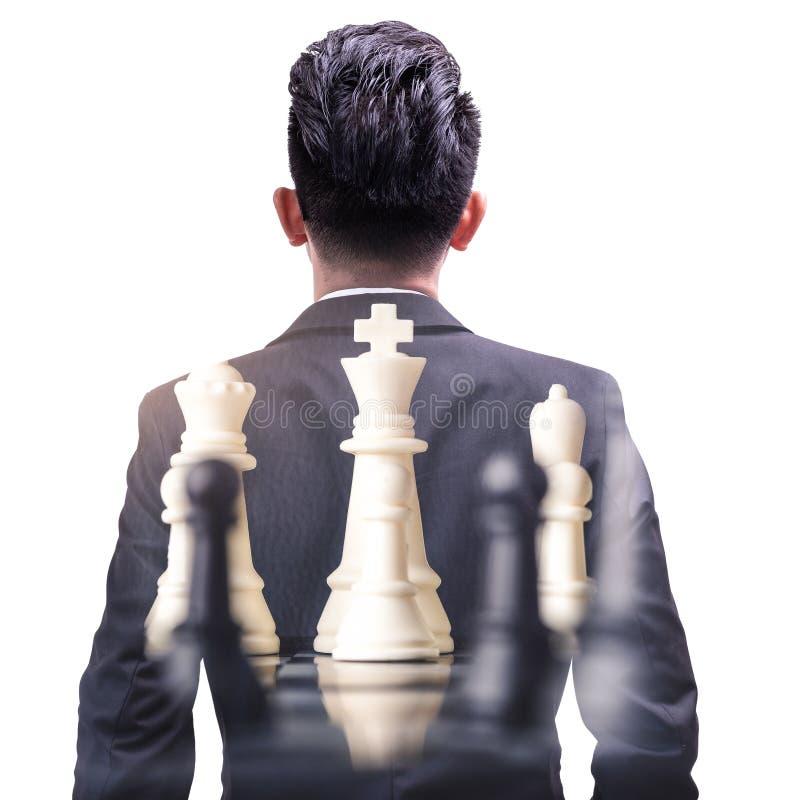 L'image de double exposition du recouvrement debout d'homme d'affaires avec l'image de jeu d'échecs et l'espace blanc de copie photos stock