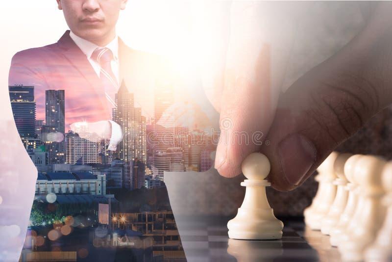 L'image de double exposition de la position d'homme d'affaires pendant le lever de soleil recouvert avec l'image de jeu d'échecs  illustration libre de droits