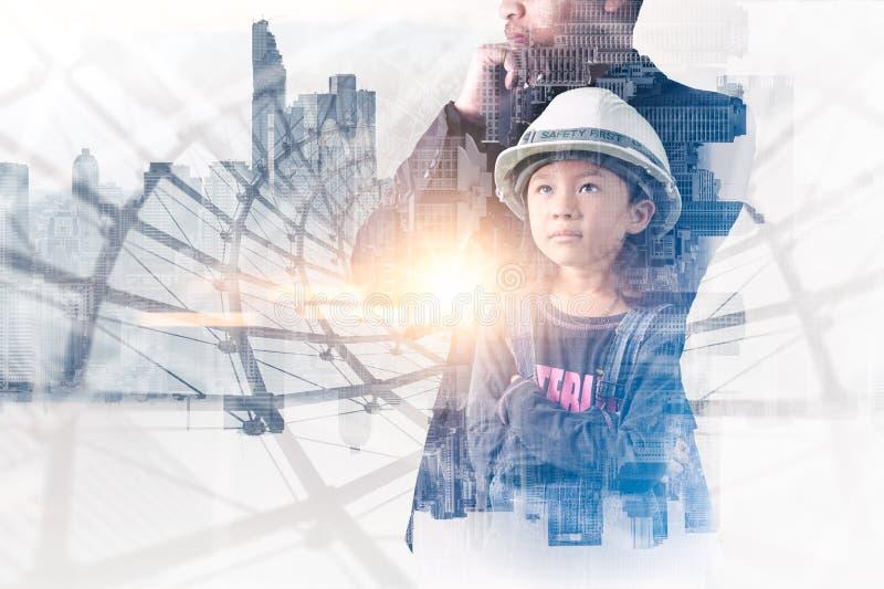 L'image de double exposition de la position de fille d'ingénieur pendant le lever de soleil recouvert avec l'image de paysage urb photo libre de droits