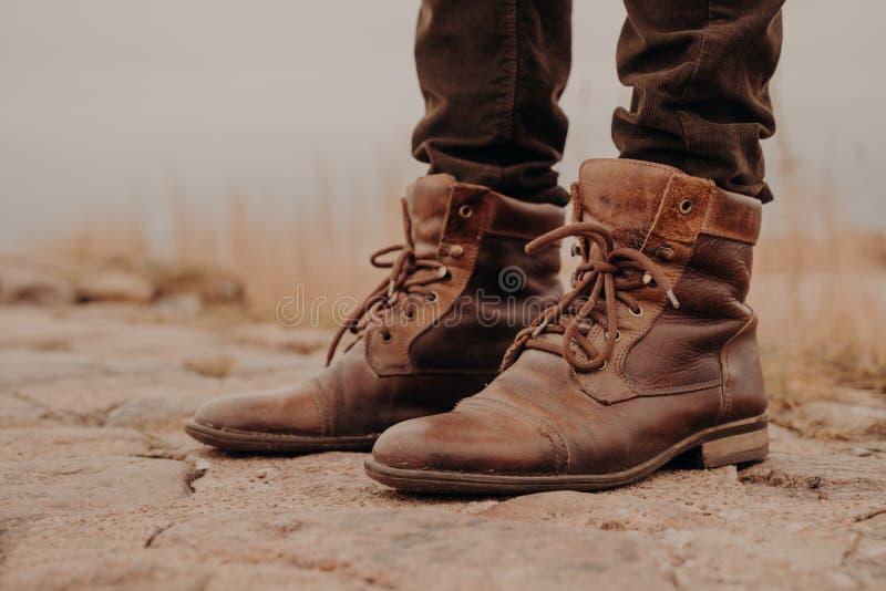 L'image de homme des jambes dans de vieilles bottes Concept de vendre des chaussures Autumn Time Vue horizontale Tir extérieur ch photographie stock