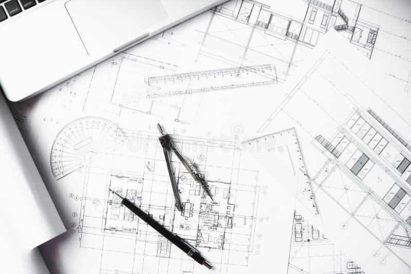 L'image de l'ingénierie objecte sur la vue supérieure de lieu de travail construction photo stock