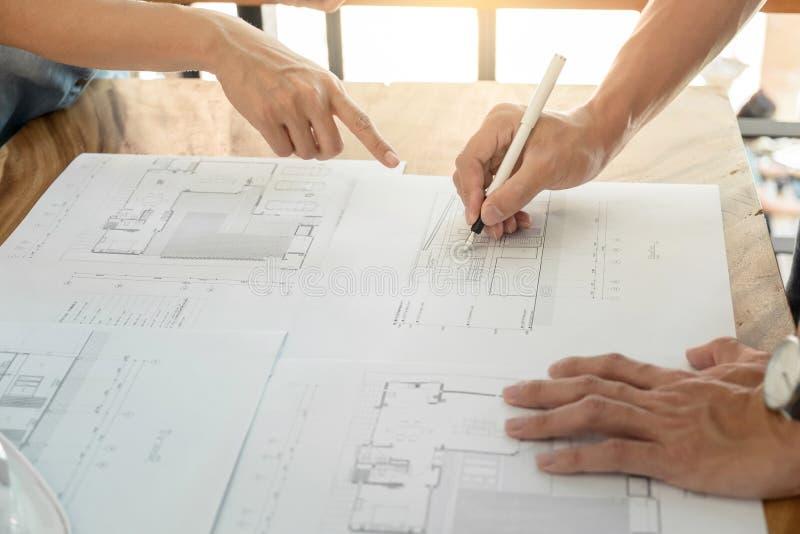 L'image de l'ingénieur ou du projet architectural, se ferment des mains AR photo libre de droits