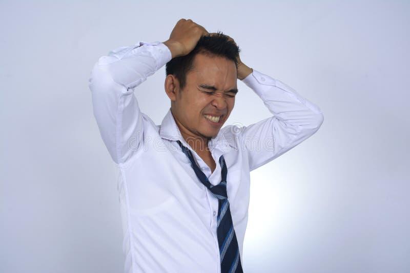L'image de photo du jeune homme d'affaires de jeune homme d'affaires asiatique frustated la pensée d'isolement sur le blanc photographie stock libre de droits