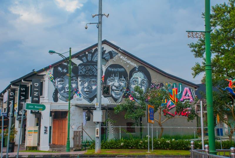L'image des enfants La maison sur la rue a peint des couleurs, graffiti multicolore Kuching sarawak borneo malaysia images stock