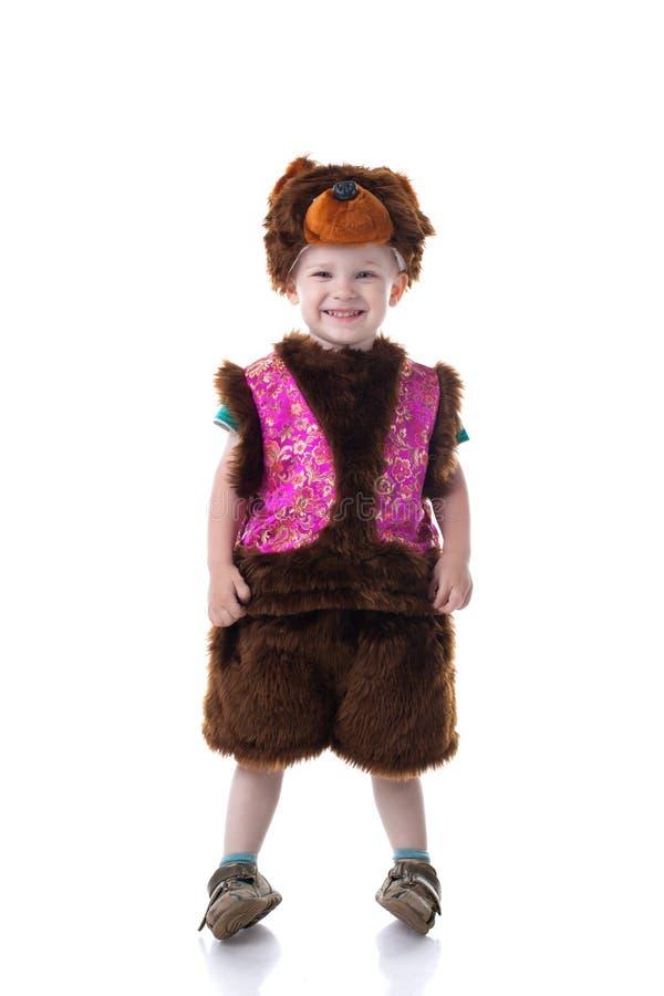 L'image du garçon heureux s'est habillée dans le costume d'ours image libre de droits