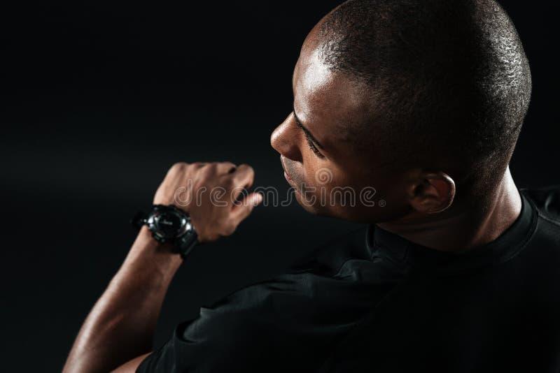L'image en gros plan du jeune homme afro-américain s'est habillée dans le t-shi noir photo stock