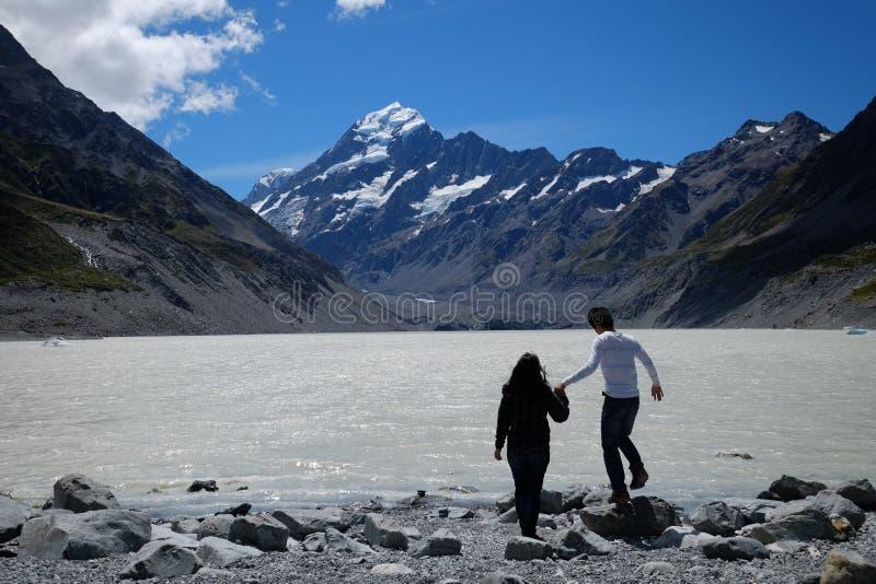 L'image franche des couples explore le cuisinier de bâti, Nouvelle-Zélande photographie stock