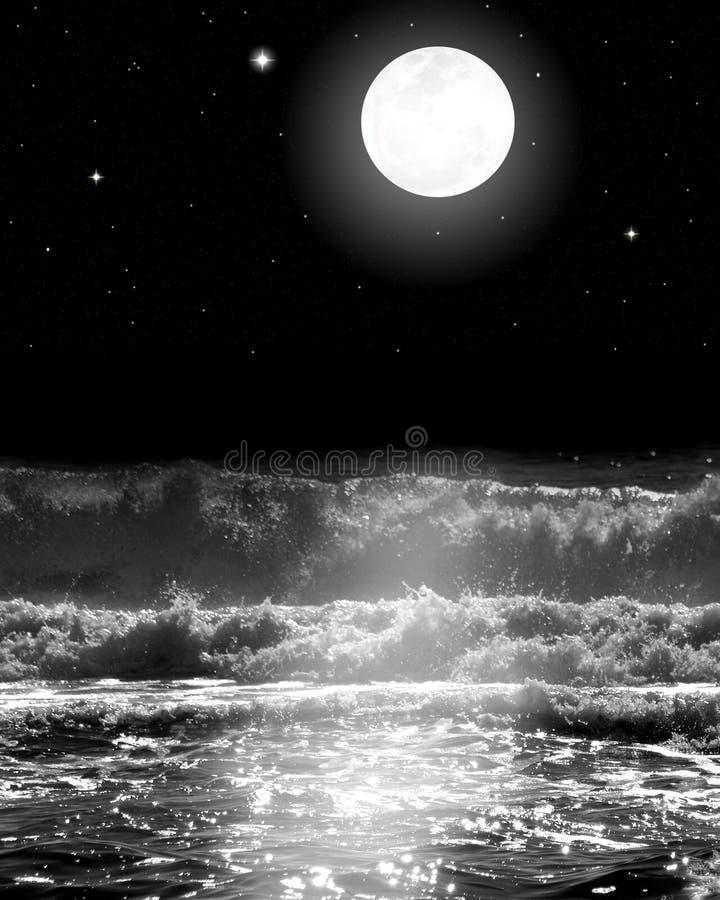 Pleine lune au-dessus des ressacs avec des étoiles la nuit image libre de droits