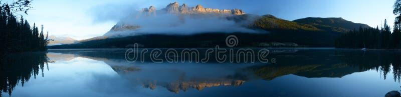 L'image panoramique du Lit de crête de luzerne par le Soleil Levant s'est reflétée photographie stock libre de droits