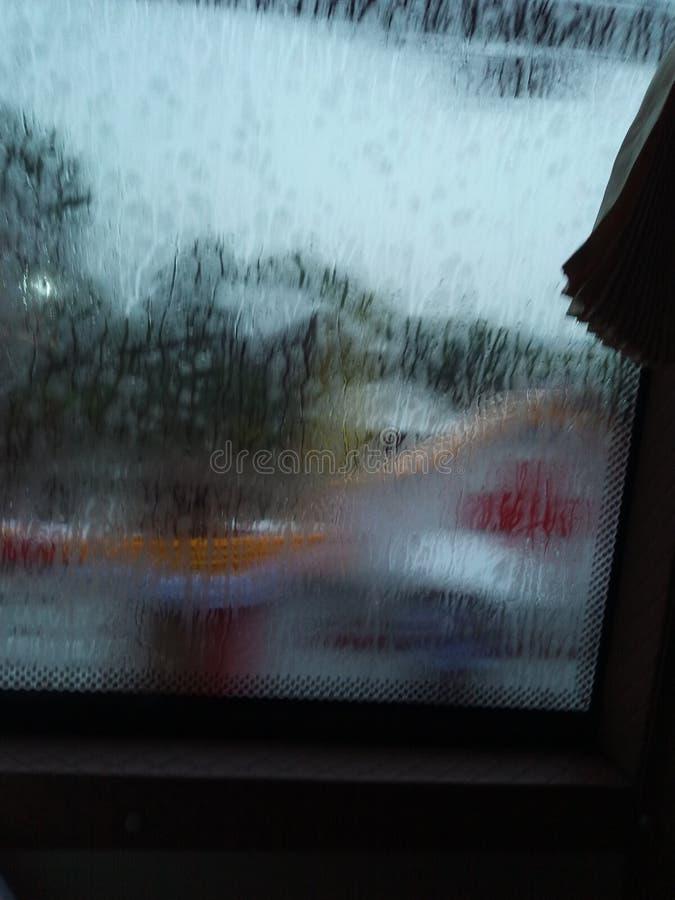 L'image retournée un jour pluvieux lourd maintiennent seul images stock