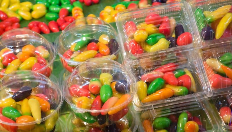 L'imitation supprimable porte des fruits dessert thaïlandais au marché de nuit images libres de droits