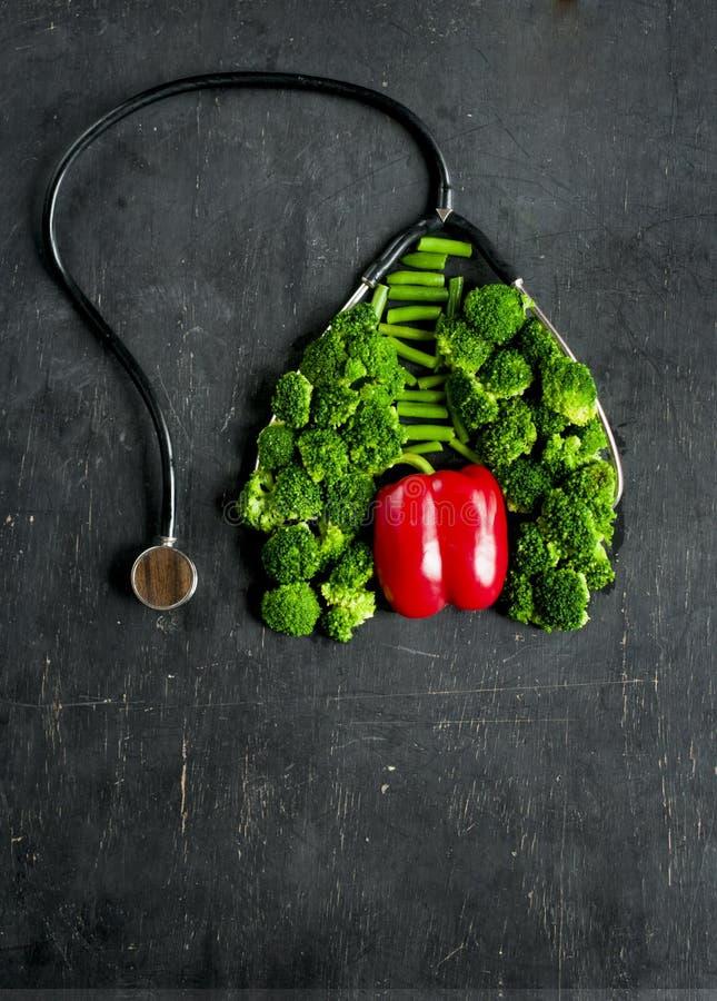 L'imitazione dei polmoni e del cuore sani si è formata dai broccoli e dal pepe con lo stetoscopio, immagini stock libere da diritti
