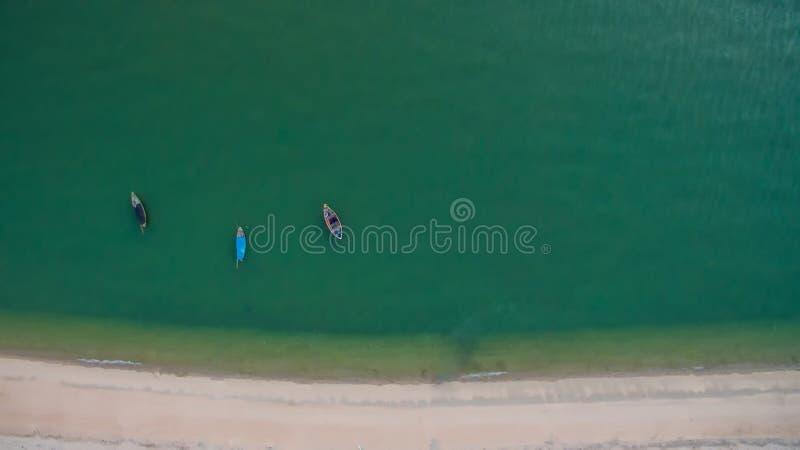 L'immagine aerea di vista superiore dal fuco di bella spiaggia sbalorditiva del paesaggio del mare e le barche con turchese innaf immagine stock libera da diritti