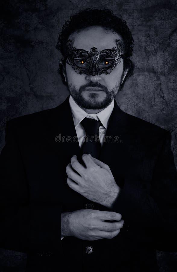 L'immagine artistica del vampiro ha mascherato l'uomo di mistero ed il nero elegante s fotografia stock libera da diritti