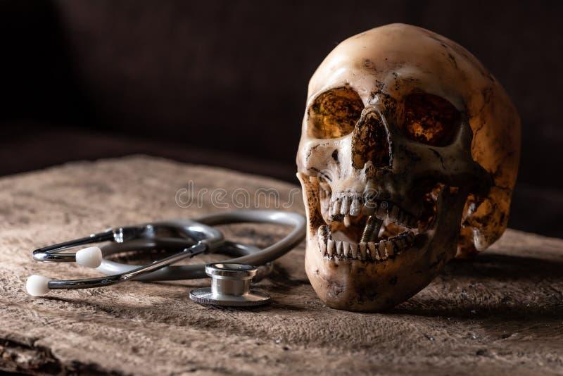 L'immagine astratta del cranio che mette su pavimento di legno immagini stock libere da diritti