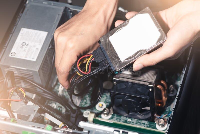 L'immagine astratta del tecnico ha messo il drive del hard disk nella cassa del computer immagine stock