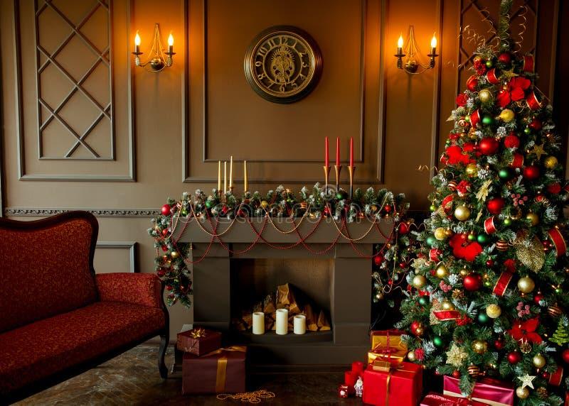L'immagine calma dell'albero classico interno del nuovo anno ha decorato immagini stock
