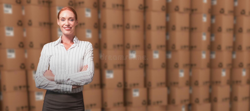 L'immagine composita del responsabile femminile con le armi ha attraversato in magazzino immagine stock libera da diritti