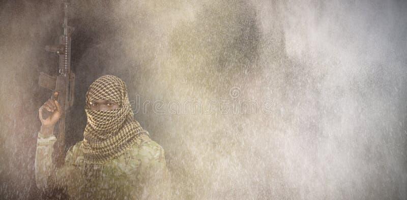 L'immagine composita del ritratto del fronte ha coperto il fucile della tenuta del soldato immagini stock libere da diritti