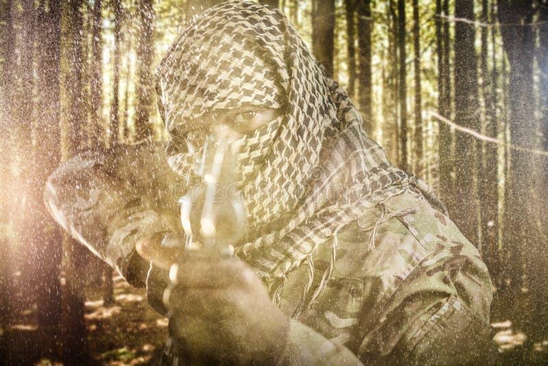 L'immagine composita del ritratto del fronte ha coperto il soldato che tende di fucile fotografie stock